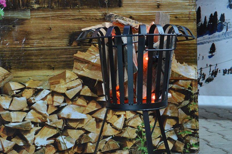 Vuurkorf met hout en vlamverlichting